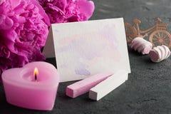 La carte postale avec l'aquarelle éclabousse, des fleurs de pivoine Photo stock