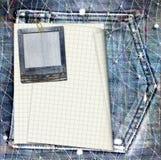La carte postale de vintage avec le papier glisse sur le fond de jeans Photos libres de droits