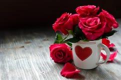 La carte romantique du jour de Valentines de saint avec des roses copient l'espace Photo stock
