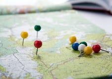La carte topographique avec les punaises colorées d'aiguilles se ferment  photo libre de droits