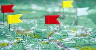 La carte topographique avec les punaises colorées de drapeau se ferment  photo libre de droits