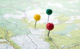 La carte topographique avec les punaises color?es d'aiguilles se ferment  image stock