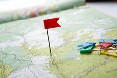 La carte topographique avec les punaises color?es de drapeau se ferment  images libres de droits