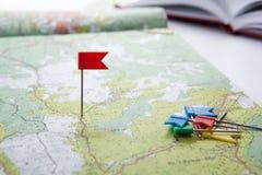 La carte topographique avec les punaises color?es de drapeau se ferment  photographie stock libre de droits