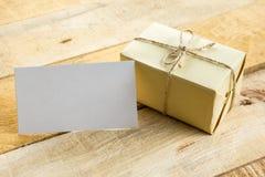 La carte vierge blanche de visite d'affaires, cadeau, billet, passent, sur la table en bois Photographie stock libre de droits