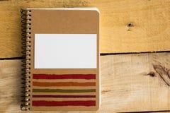 La carte vierge blanche de visite d'affaires, cadeau, billet, passent, sur la table en bois Photo libre de droits