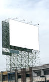 La cartelera en blanco contra el cielo azul, puso su propio texto aquí Fotografía de archivo libre de regalías
