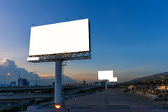 La cartelera en blanco vieja en el tiempo de la puesta del sol para el advertisementbridge está conectada con el pabellón en parq Fotografía de archivo libre de regalías