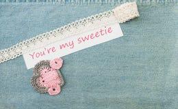 La cartolina d'auguri del biglietto di S. Valentino con tre ha lavorato all'uncinetto i cuori rosa ed il le Immagini Stock Libere da Diritti