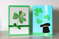 La cartolina d'auguri del giorno della st Patricks di Diy ha fatto il cartone ed i trifogli di carta fondo grigio Idea del regalo fotografia stock libera da diritti