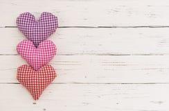 La cartolina d'auguri del giorno di biglietti di S. Valentino con i cuori romantici di amore rasenta il legno bianco con lo spazi Immagini Stock