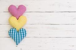 La cartolina d'auguri di compleanno con i cuori variopinti rasenta il legno bianco con lo spazio della copia Fotografie Stock