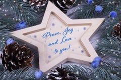 La cartolina d'auguri di festa del nuovo anno di natale di Natale con cinque di legno ha indicato l'amore blu di pace delle bacch Immagine Stock