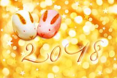 la cartolina d'auguri di 2018 giapponesi con coniglio ha modellato le pasticcerie ed il fondo dell'oro Fotografie Stock