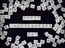 La cartolina d'auguri felice di festa dell'indipendenza, l'alfabeto segna la parola con lettere Immagine Stock