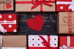 La cartolina d'auguri rossa sotto forma di cuore disposto nel centro crea Fotografia Stock Libera da Diritti