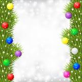 La cartolina di Natale con la ghirlanda del ramo dell'abete ha decorato la palla multicolore Immagine Stock