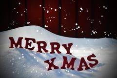 La cartolina di Natale con rosso segna il natale con lettere allegro, neve, fiocchi di neve Immagini Stock Libere da Diritti