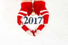 La cartolina di Natale, guanti sulle mani che tengono la neve cronometra con tempo fi Fotografia Stock Libera da Diritti