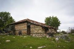 La casa abandonada en el campo fotos de archivo