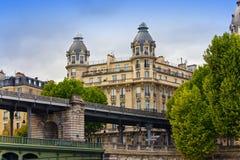 La casa antica dietro il ponticello a Parigi immagini stock libere da diritti