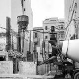 La casa bajo construcción está en curso con el equipo constructivo en el frente, St juliano, Malta imagen de archivo