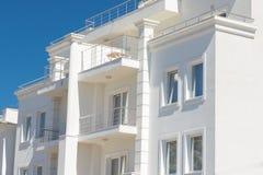 La casa bianca nell'affitto di area di località di soggiorno e nella vendita di alloggio fotografia stock libera da diritti