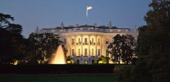 La casa blanca en la noche Fotografía de archivo libre de regalías
