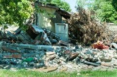 La casa civil abandonada en Ucrania del este dañó por la explosión de la granada en la zona de guerra fotografía de archivo