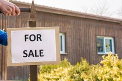 La casa con la fachada de madera debe ser vendida imagenes de archivo