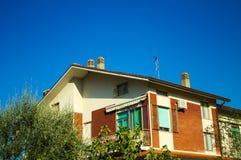 La casa con Windows blu-chiaro Fotografia Stock