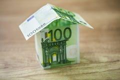 La casa, construida de 100 billetes de banco euro Imagen de archivo