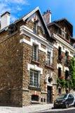 La casa cubierta por la hiedra con los geranios llena las cajas Montmartre, Pari Fotos de archivo
