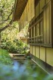 La casa da tè protetta ha allineato con un percorso di pietra circolare con il cano a lamella fotografie stock