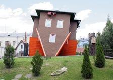 La casa, dada vuelta al revés por la fundación en las compras Imagenes de archivo