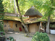 La casa de adobe vieja con un tejado cubierto con paja Fotos de archivo