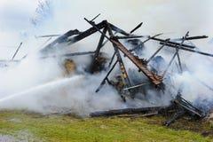 La casa de la granja quema abajo por el fuego Imágenes de archivo libres de regalías