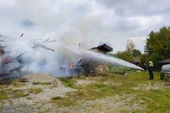 La casa de la granja quema abajo por el fuego Fotografía de archivo