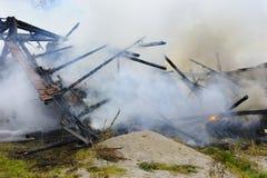 La casa de la granja quema abajo por el fuego Imagen de archivo libre de regalías