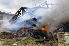 La casa de la granja quema abajo por el fuego Foto de archivo