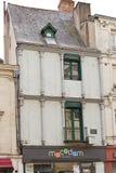 La casa de la mitad-timberled en el lugar Sainte-Croix, enoja foto de archivo libre de regalías