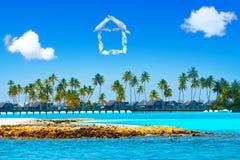 La casa de las nubes sobre el mar y las palmeras Imagen de archivo libre de regalías