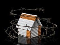 La casa de los cigarrillos detrás de un alambre de púas Imagen de archivo