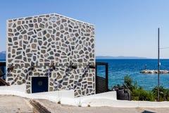 La casa de lujo tiene bordes coloreados de piedras en diseño artístico de la pared Fotos de archivo