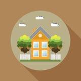 La casa de madera colorida, piensa concepto verde Foto de archivo
