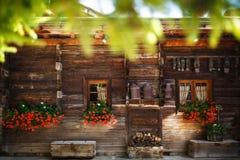 La casa de madera con rojo baja y los cencerros imagen de archivo