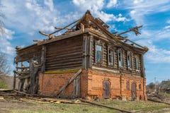 La casa de madera descuidada vieja está en un pueblo Imagen de archivo