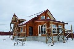 La casa de madera inacabada hermosa con la ronda abre una sesión el campo fotografía de archivo libre de regalías
