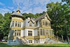 La casa de madera verde vieja adentro skansen en Lodz, Polonia - museo central de Te Fotos de archivo libres de regalías