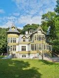 La casa de madera verde vieja adentro skansen en Lodz, Polonia - museo central de Te Fotografía de archivo
